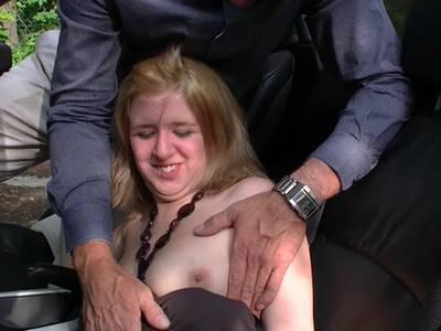 Ein alter Hengst nagelt ein junges Girl in die rasierte Muschi