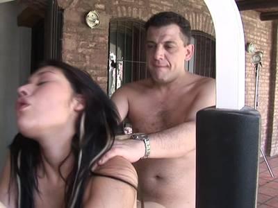 Ein Girl mit ausladendem Hintern wird in die Muschi gefickt