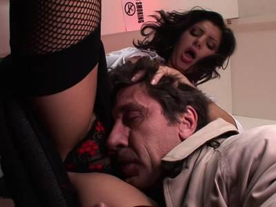 Heiße Ärztin mit prallen Titten fickt ihren Patienten gesund