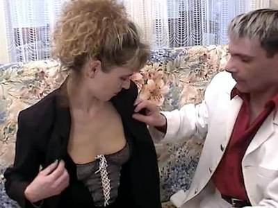Schlampe wird im Vintage Sexfilm in die unrasierte Möse gerammelt