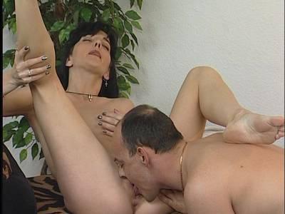 Schöne Amateurin mit kleinen Titten bläst einen Penis