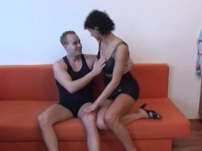 Der Arschfick ist das Highlight für die sexy Hausfrau