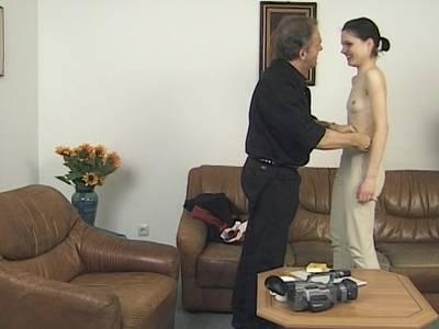 Das scharfe Mädchen zeigt seine unrasierte Pussy
