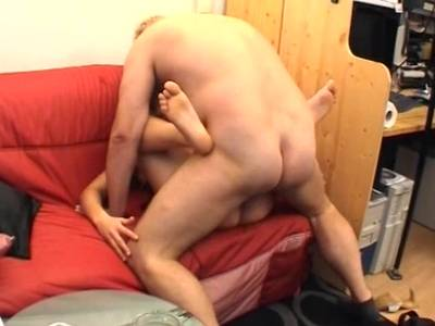 Hungriges Spermaflittchen leckt ihrem Boss den großen Schaft