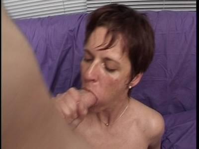 Scharfe Milf mit einer haarigen Möse macht den Deepthroat