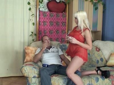Blondes Luder mit dicken Titten lässt sich hart bumsen