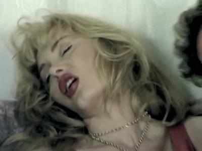 Pornostar Dolly Buster und eine andere heiße Schlampe lassen sich von zwei Kerlen poppen