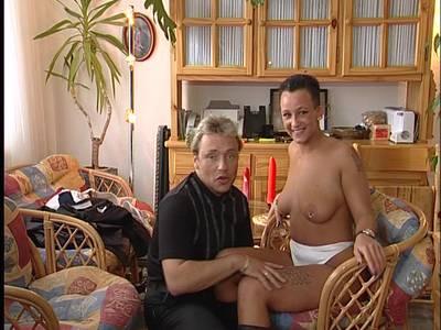 Der Stecher leckt ihr erst die dicken Brüste und dann die gierige Muschi