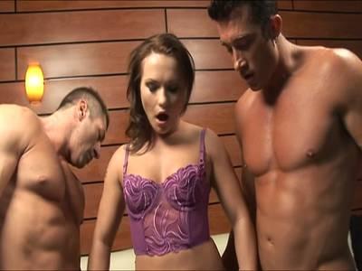 Die sexy Bitch bläst beiden Kerlen den Schwanz