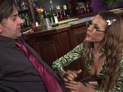 Willige Latina Schlampe mit geilem Titten bekommt eine Samenladung