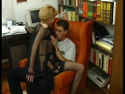 Ein scharfes Luder wird in die tropfende rasierte Möse gefickt