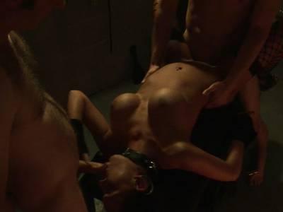 Teen mit dicken Titten beim Gruppensex im BDSM Keller