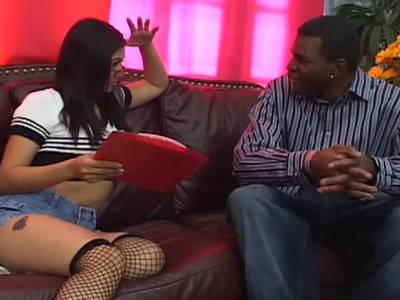Dunkler Penis rammelt die sexy Latina heftig durch