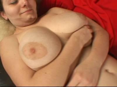 Eine heiße Schlampe knetet ihre riesigen Brüste vor einem Mann