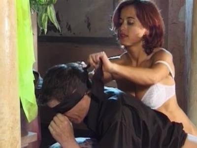 Mit dem Gummischwanz bumst sie den notgeilen Mann in den Arsch