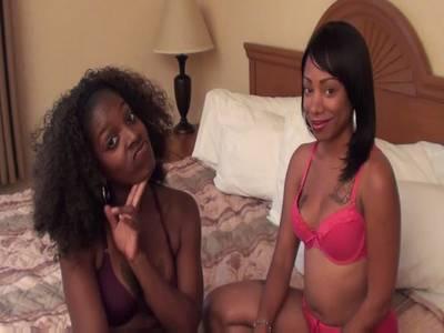 Scharfer schwarzer lesbischer Liebesakt mit Toyspaß