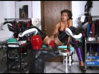 Beim Sex zu Dritt nageln scharfe Frauen einen Kerl in den Po