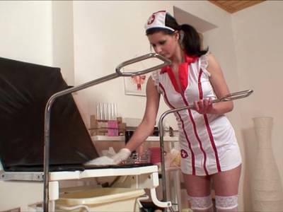 Wilde Krankenschwester beim Masturbieren mit einem Sexspielzeug erwischt