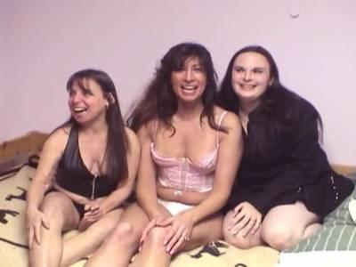 Die dickere sexy Frau lässt sich von den Freundinnen verwöhnen