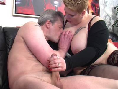 Ein Flittchen mit großem Po wird in die Pussy gebumst