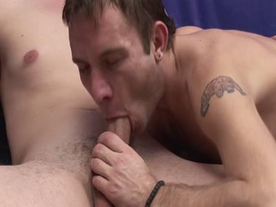 Notgeile Kerle saugen sich die Prügel und haben dann Arschsex