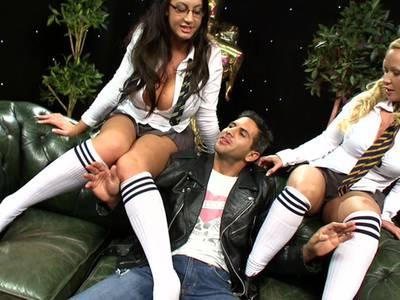 Ein Stecher rammelt ein scharfes Girl mit sexy Arsch