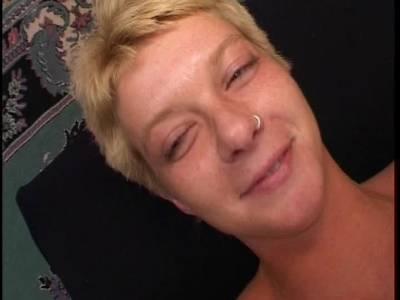 Versautes Weib bekommt mehrere pralle Wichsportionen ins Gesicht