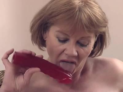 Das große Spielzeug führt sich die notgeile Hausfrau in die saftige Spalte