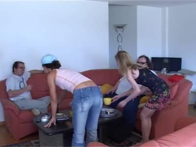 Die beiden Hausfrauen präsentieren sich richtig scharf vor der Cam