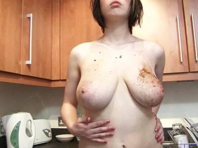 Die Hausfrau bearbeitet sich in der Küche hemmungslos die Glocken
