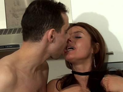 Die sexgeile Hausfrau wird von dem Kerl in der Küche gerammelt