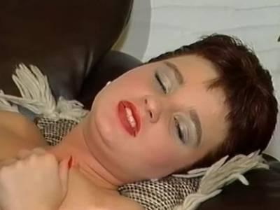 Die sexgeile Milf küsst den schwarzen Unbekannten