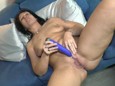 Heiße Hausfrau beim Dildofick