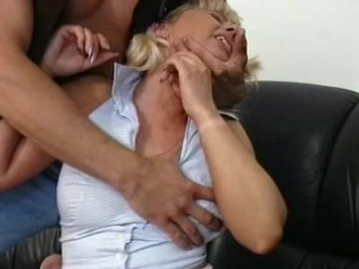 Sehenswert wird die blonde Hausfrau in allen Stellungen gepoppt