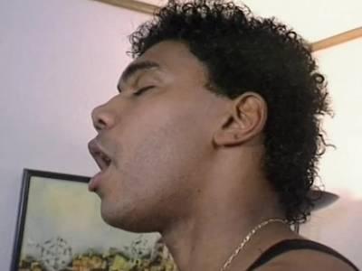 Der Schwarze lutscht die unrasierte Muschi vor dem Poppen