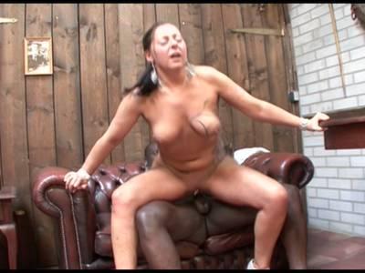 Mama lässt sich die rasierte Lustgrotte von einem schwarzen Pimmel nageln