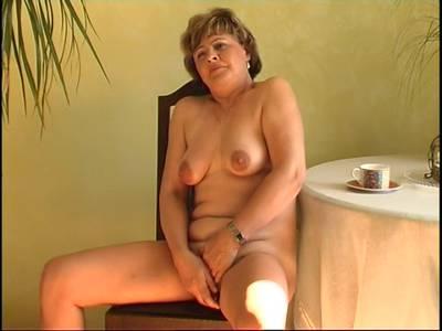 Alte Lady spielt alleine mit einem Sextoy