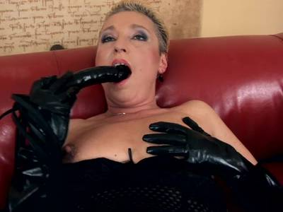Bumsgeile Oma fickt sich die haarlose Möse zum Orgasmus