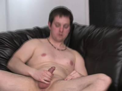 Ein geiler Kerl fickt seinen Kolben und will einen Orgasmus haben
