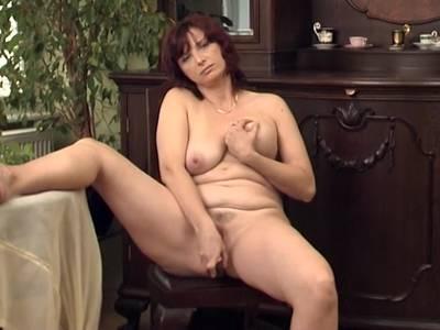 Mutti mit fettem Arsch steht auf intimen Sex