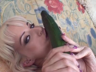 Sexy Blondine stopft sich die unrasierte Fotze