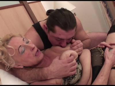 Heiße Oma mit dicke Titten wird geil gepoppt