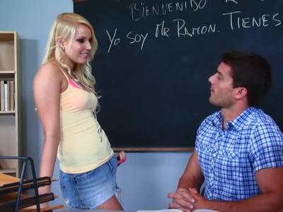 Ihre rasierte Pflaume lässt sie sich vom Lehrer verwöhnen