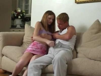 Intensiver Sex für das heiße Teenie mit den Minititten