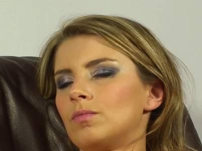 Leidenschaftlich jauchzt das Flittchen beim Selfmade Sex in die Face Cam