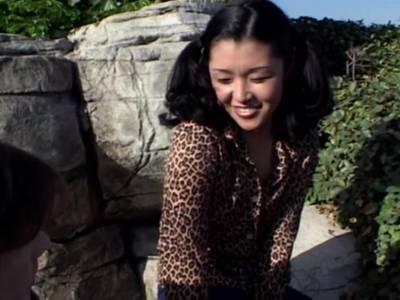 Outdoor lutscht das Thai Girl den harten Schwanz